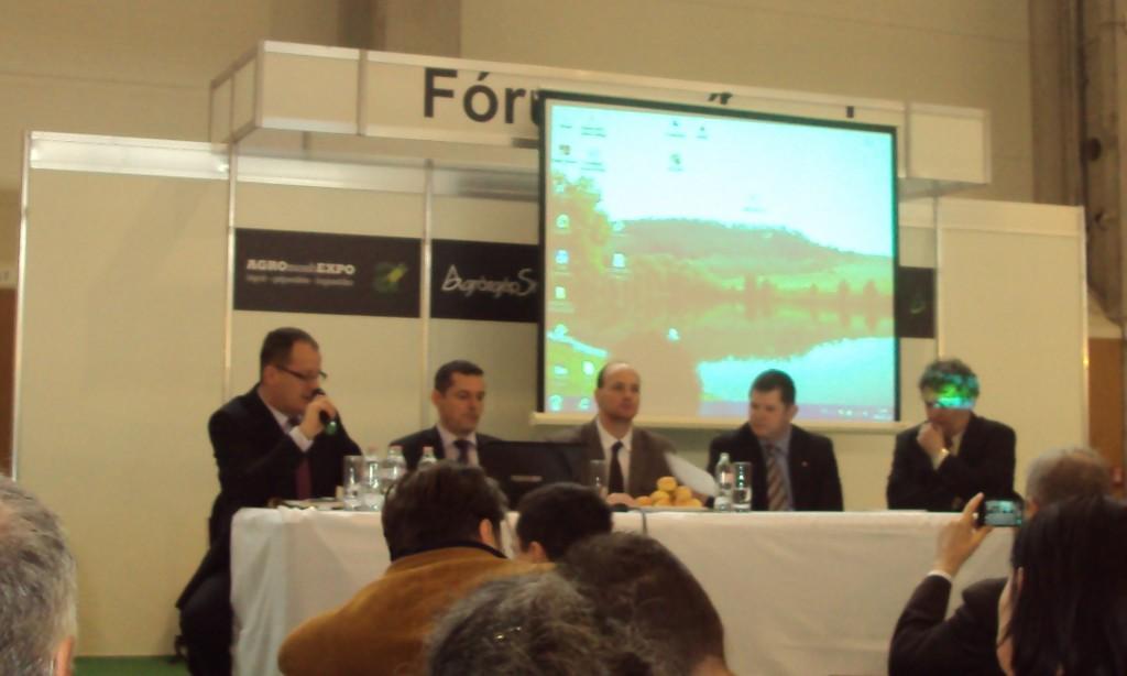Elkezdődött a második rész, balról jobbra a résztvevők: Petőházi Tamás (GOSZ), dr Gyuricza Csaba (SZIE Gödöllő), Tarpataki Tamás (VM), Kovács Viktor (Budapest Bank), Éder Tamás (ÉFOSZ)