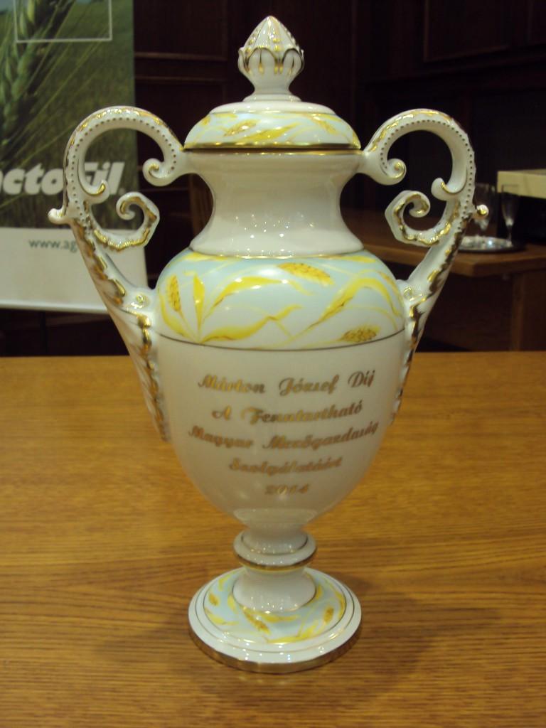 Idén is egyedi díszítésű, eredeti Herendit kapott a díjazott.
