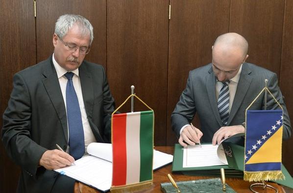 Fazekas Sándor földművelésügyi miniszter (b) és Boris Tucic, bosnyák külkereskedelmi és gazdasági kapcsolatokért felelős miniszter aláírják a két ország közötti mezőgazdasági megállapodást Fotó: Soós Lajos (MTI)