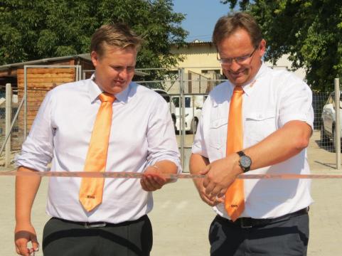 Stréb Péter, a Napraforgó Nemesítő Állomás vezetője és Pallós Mihály, a KWS Magyarország Kft. ügyvezetője szalagátvágás közben