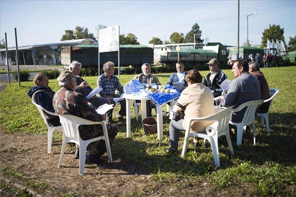 A települési agrárgazdasági bizottságának elnöksége az almatermelőkkel kibővítve ülést tart Mátészalkán, a Jármi utcában 2014. október 8-án. Fotó: Balázs Attila (MTI)