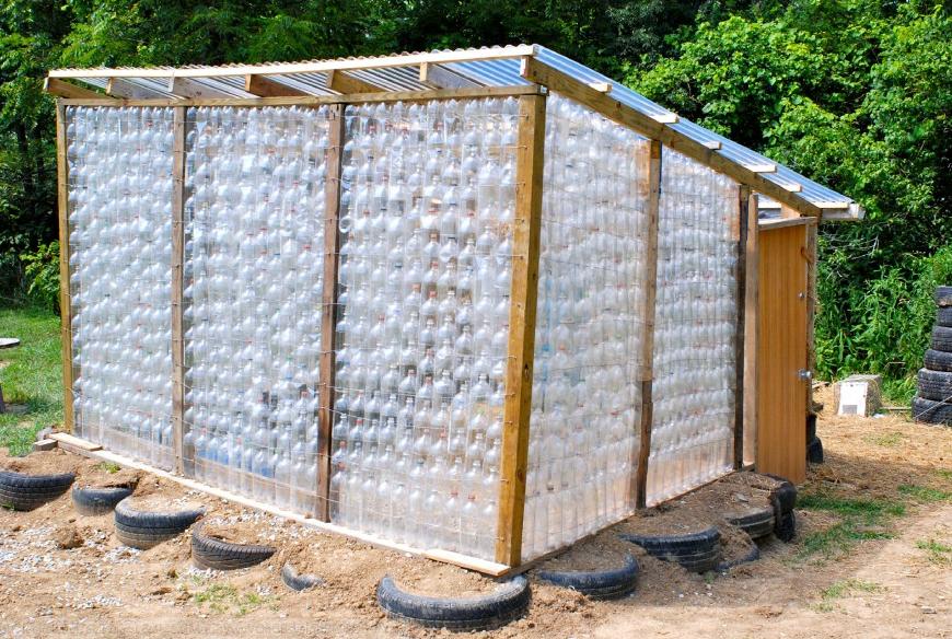 PET-palackokból is lehet melegházat építeni Fotó: hobbikert.hu