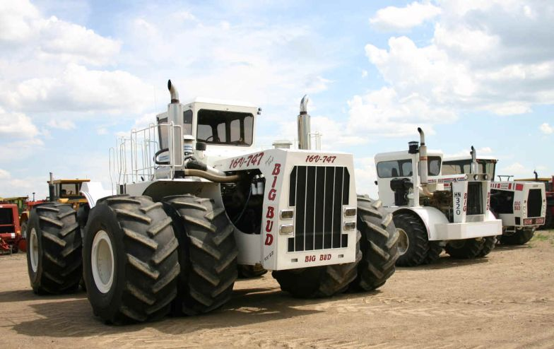 1. A földkerekség legnagyobbja - a Big Bud névre keresztelt munkagépet egy brutális méretű, 760 lóerős V16-os Detroit Diesel motor hajtja. A 8,2 méter hosszú, 6 méter széles és 4,2 méter magas erőműre egyedi 2,5 méter átmérőjű gumik kerültek. Teletankolt 3785 literes üzemanyagtartállyal együtt a traktor össztömege meghaladja a 42 tonnát. A gép maximális súlya, ha a farmer feltölti a kerekeket vízzel a mögé kötött talajmegmunkáló gépek vontatáshoz és az orrára is nehezéket szerel, 58,5 tonna.