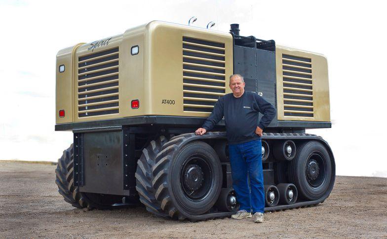 6. A jövő technikája - a képen az Egyesült Államokban fejlesztett Spirit. Ami igen, mezőgazdasági gép, traktor, még ha nem is tűnik annak. A jövő, valóban önállóan dolgozó robotjait vetíti előre. Nem használ GPS rendszert, saját érzékelőire hagyatkozik, és az előre megszabott határokat sosem hagyja el munka közben. Mozgatásáról két 202 lóerős Isuzu dízelmotor gondoskodik, működéséhez irányítótorony is szükséges, ami nagy felbontású képet és hangot közvetít a meghatározott készülékek felé. Tehát a jövőben tényleg a Traktorszimulátorral fogunk szántani, otthon a gép előtt, kávét szürcsölve?