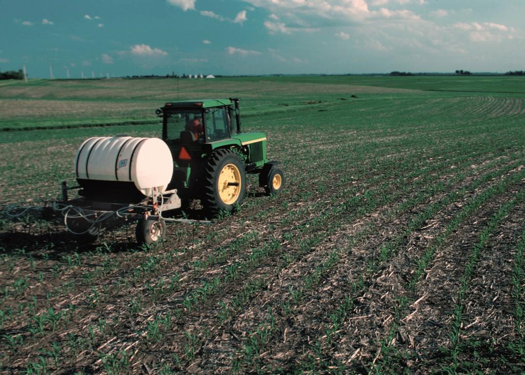 Műtrágya kijuttatása kukoricaföldre