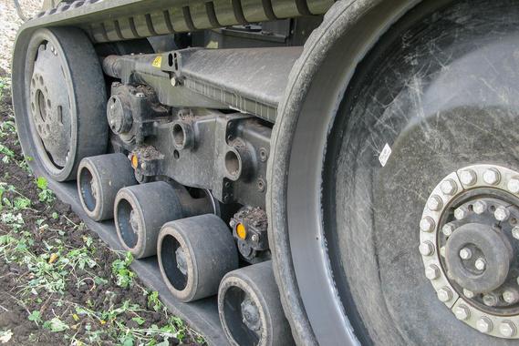 A széles gumihevederek kevésbé terhelik a talajt, mint a gumikerekes erőgépek