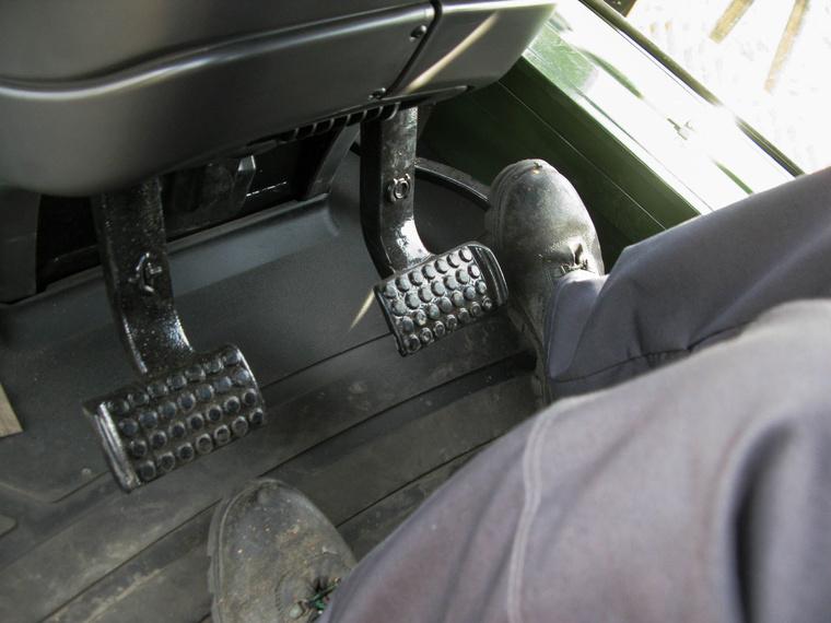 A gázpedál, ami jelen esetben lassítja a gépet