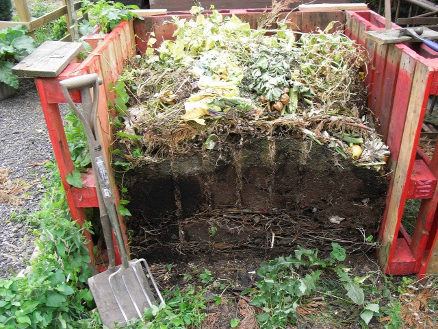 Legegyszerűbb, ha komposztládát használ a kerti hulladékok hasznosítására