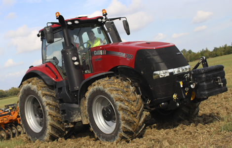 A Case IH Magnum CVX 380 erőgép 435 lóerő leadására képes, a szántóföldön nem sok vetélytársa akad. A traktor a nagy teljesítmény mellett megfelel a Tier 4B Final Európai emissziós előírásoknak is.