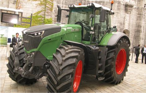 500 lóerő, 3,6 méter magasság… igazi monstrum a Fendt 1050 Vario. A traktor egy 6 hengeres motorral van ellátva, de az ereje mellett a kényelme is megfelel a modern gazdálkodás követelményeinek.