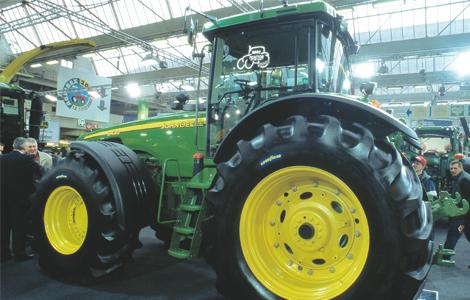 Az első John Deere a csúcson! 2002-ben a John Deere 8020-as szériája lett a legjobb traktor. A 8020-as széria erőgépei több, mint 200 lóerő leadására is képesek voltak.