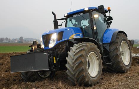 A New Holland T 7060-as, 246 lóerős traktort leginkább kaszálási munkára, valamint bálázási feladatokra használják előszeretettel a gazdák.