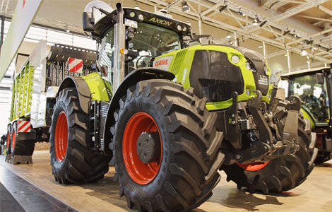 A Claas Axion 850-es egy bivalyerős gép, ideális társa a modern gazdáknak akár szántóföldön, akár állattelepen.