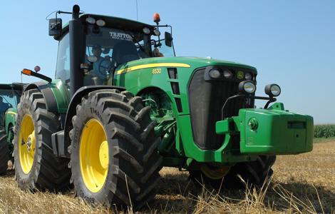 Ismét egy John Deere lett az év traktora. A John Deere 8530 egy 6 hengeres motorral rendelkező erőgép, melyet rendkívüli ereje miatt igazán kedvelnek a gazdák a mai napig is.