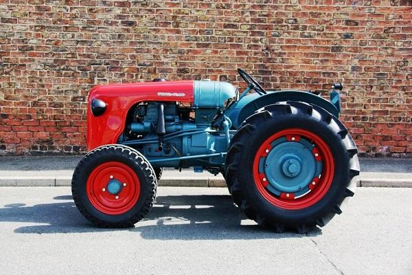 Ahhoz képest, hogy már több, mint 60 éves a DL25-ös traktor, még mindig impozáns látványt nyújt (Fotó: uncrate.com)
