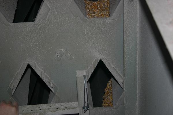 4. ábra Az összetapadt kukorica a torony leürítése után is fent maradt a torony felső negyedében (Forrás: terményszárítás.hu)