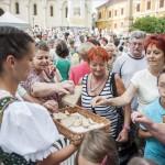 Kínálják a kenyeret Pécsen