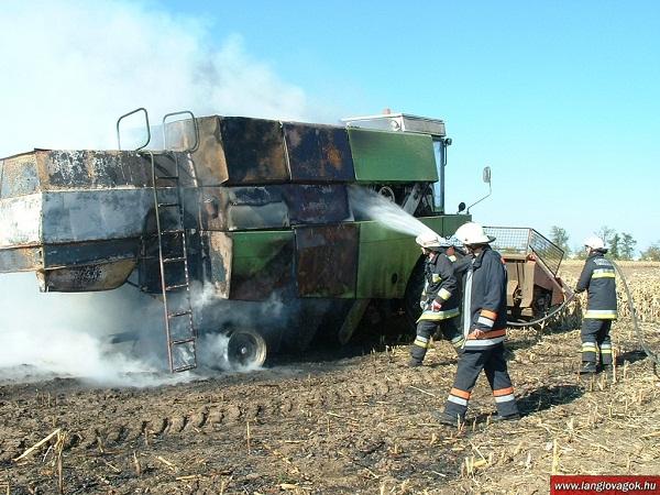 Könnyen kiéget egy kombájn, ha nem figyelünk oda (Fotó: langlovagok.hu)