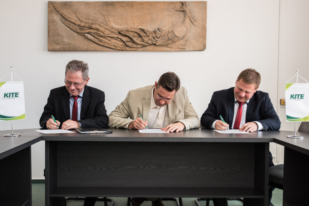 Speiser Ferenc a Videokontroll-t gyártó cég vezetője, Szabó Levente a KITE Zrt. vezérigazgatója és Speiser Gábor a Videokontroll kereskedelmi vezetője, aláírták az együttműködési megállapodást