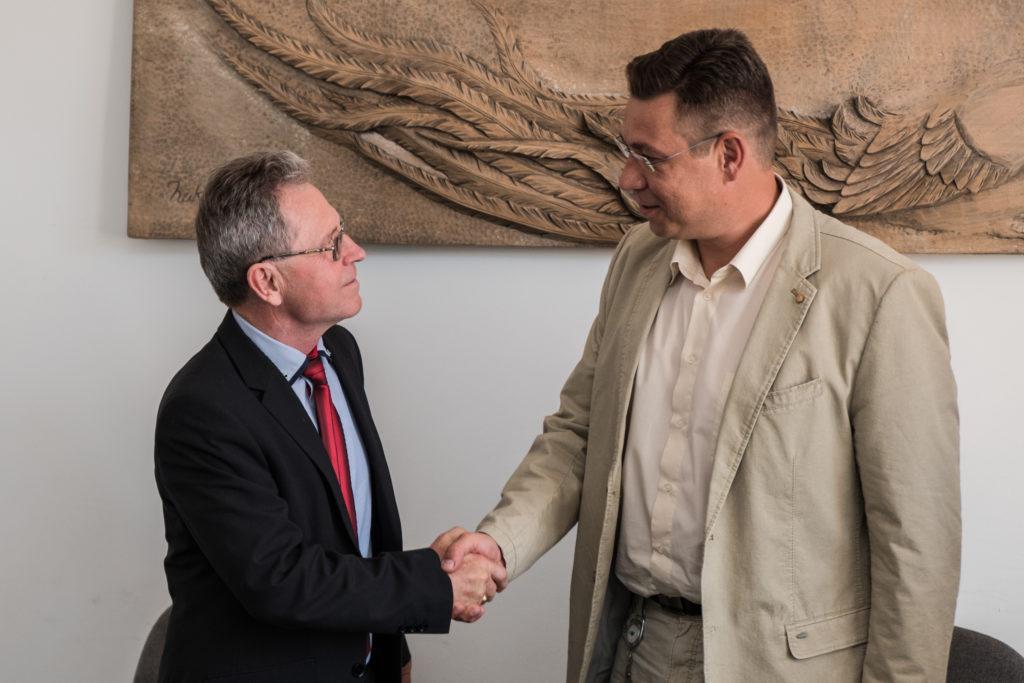 Speiser Ferenc a Videokontroll gyártó cég vezetője és Szabó Levente a KITE Zrt. vezérigazgatója megállapodott az együttműködésben.