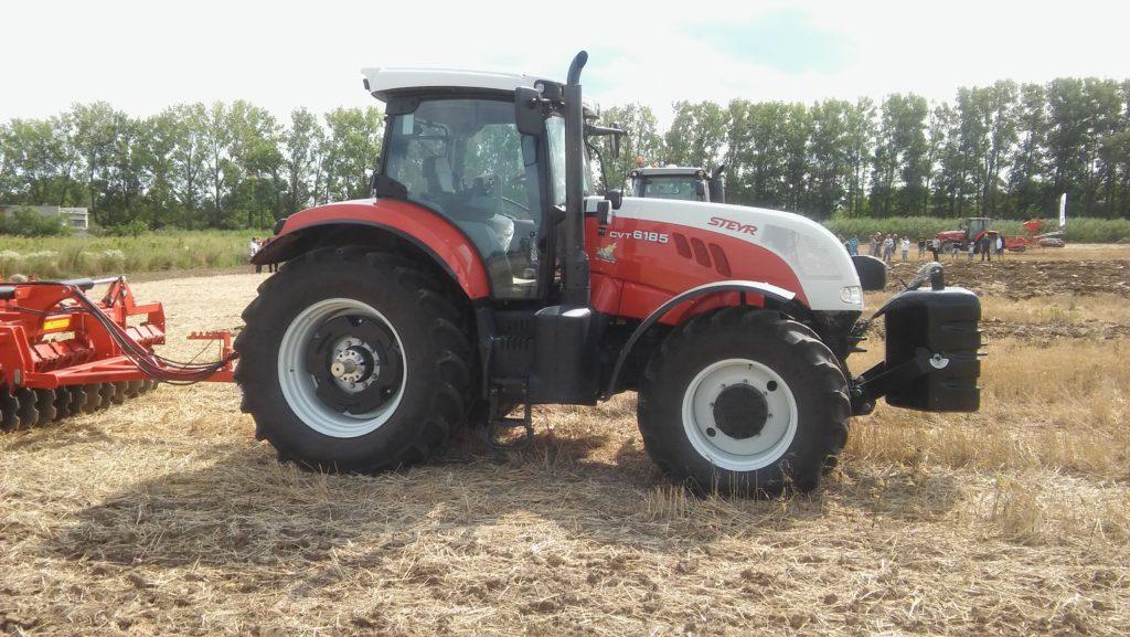 A Steyr CVT 6185-ös traktor ideális választás mindenféle munkaeszköz vontatására