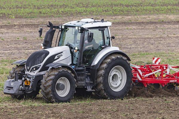 A képen az Év Traktora munkában - Fotó: Valtra.com