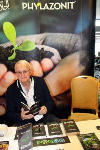 Nemere István tartja kézben Földbarát című regényét