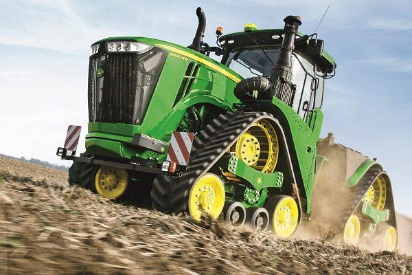 A John Deere traktorok csúcstechnikával hasítanak a mezőgéppiacon