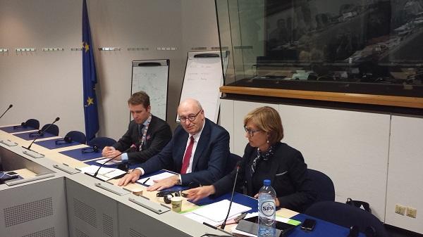 Phil Hogan, az Európai Bizottság mezõgazdaságért és vidékfejlesztésért felelős uniós agrárbiztosa /középen/ elmondta, hogy nem szeretnék drasztikusan megvágni a kelet-európai gazdálkodók juttatásait