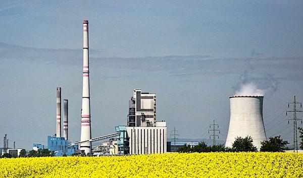 A bioüzemanyag adalékok behozatala miatt tüntettek a francia gazdálkodók - képünkön  egy biomasszával működő erőmű a repcetábla mögött