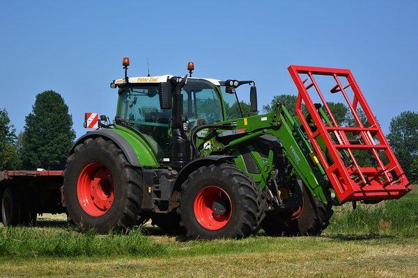 Kétméteres labdával futballoztak a traktorok Skóciában