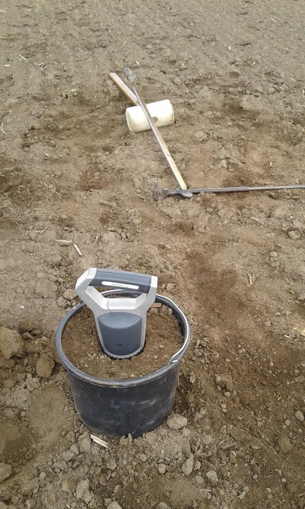 Így elemzi a kézi talajszkenner a vödörbe összegyűjtött, és összekevert talajmintát