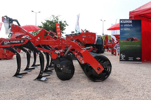 Jól mennek a mezőgépek a magyar piacon - képünkön a Kuhn Cultimer újdonsága, hogy a korábbi 3 gerendelyes változat helyett a kisebb traktorral rendelkező gazdaságoknak rövidebb, könnyebb, 2 gerendelyes változatot készítettek.