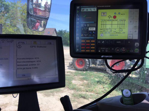 Gyári kormányzási rendszerhez illesztett TOPCON X35 monitor, ISOBUS vetőgépen, különböző dózis alapján, kijuttatási terv szerint történő vetőmag, műtrágya és talajfertőtlenítő kijuttatására