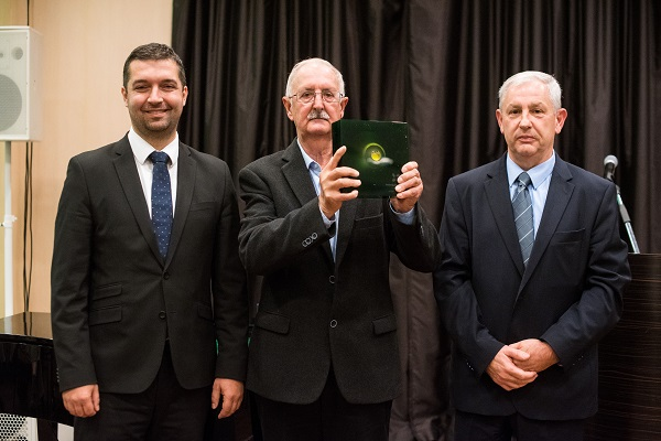 A Vetőmag Szövetség-díjat dr. Balikó Sándor (középen) kapta, aki kutatásfejlesztési munkája eredményeként nemesítője 5 szójafajtának, egy étkezési borsófajtának, valamint 2 babfajtának. Ezen túl 20 fajta honosításában működött közre.