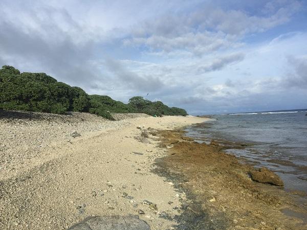A 2,4 km hosszú és 1,6 km széles korallsziget lakatlan. A 70 hektárnyi földrész érdekessége, hogy legnagyobb tengerszint feletti magassága mindössze 4 méter.