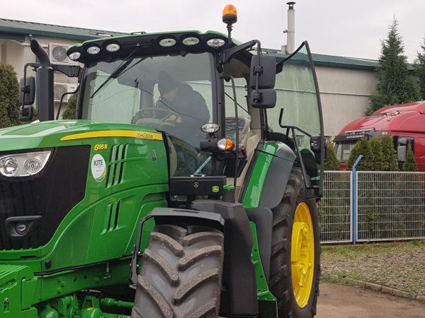 A megnyitón ünnepélyes keretek között át is adták az első gépet, egy John Deere traktort boldog tulajdonosának