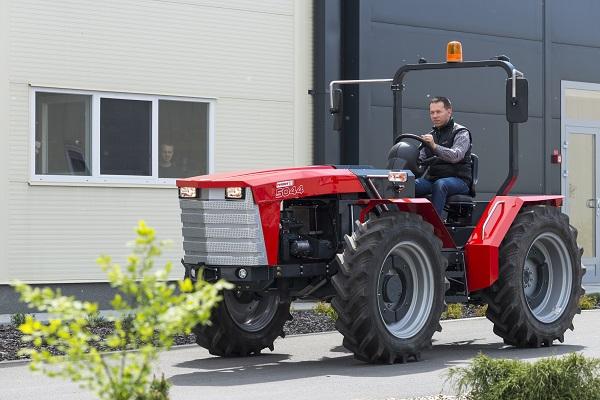 Üzemben a magyar Renner-traktor