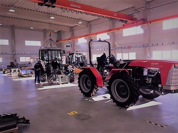 Fülkeépítés a Renner Bt. üzemében, készül a magyar traktor Jánoshalma határában