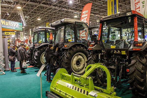 Hattat traktorok sorakoznak a Lakkos Kft. standján - Fotó: Adam's Photovision
