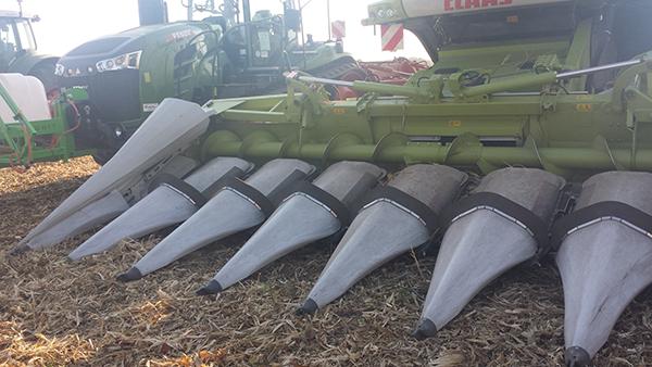 Módosulnak az EU-s agrártámogatások: a kevesebb kifizetés miatt a bankhitelek felé fordulhatnak finanszírozásért a gazdák - képünkön egy Claas kukorica vágóasztal, a háttérben pedig egy Fendt traktor