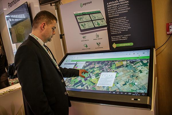 Okner Péter, az AgroVIR Kft. magyarországi cégvezetője mutatja be az adatgyűjtő és elemző rendszert - Fotó: Adam's Photovision