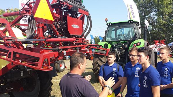 A mezőgépészet jól fizet, és mindig szükség lesz rá - erre hívja fel a fiatalok figyelmét a MEGFOSZ országjáró rendezvénysorozata, a Legyél te is mezőgépész! - képünk illusztráció, Mezőhegyesen, a NAK szántóföldi napok és Agrárgépshow rendezvényen készült