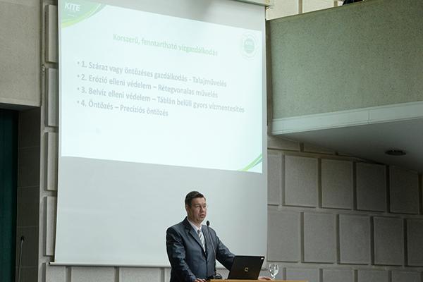 Szabó Levente, a KITE Zrt. vezérigazgatója a korszerű vízgazdálkodási és vízhasznosítási rendszereket mutatta be - Fotó: www.unideb.hu