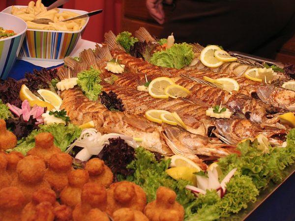 A túlhalászat csökkentéséhez is fontos lehet, ha a magyar tudósok kiderítik, melyik fajok mennyire fontosak a teljes életközösség fennmaradása szempontjából - képünkön sült halak