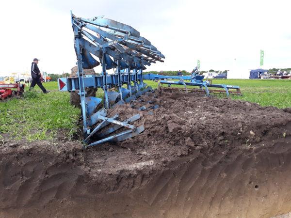 """A BAZ-megyei fiatal gazda hisz a szántásban, mert az """"jót tesz a talajnak"""" - képünk az ekéről illusztráció"""