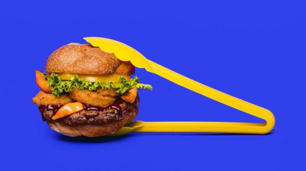 A génszerkesztett műhús úgy lett megtervezve, hogy ne csak dizájnban, hanem ízében és színében is a lehető legjobban hasonlítson a marhahúsból készült pogácsára - fotó: Impossible Foods, a műhús gyártója