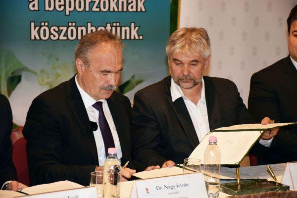 Balról Nagy István agrárminiszter, jobbról Bross Péter, az OMME elnöke szentesíti aláírásával az együttműködést