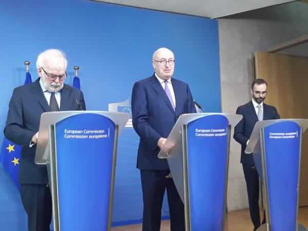 Phil Hogan, az EB agrárügyekért felelős biztosa (középen) közölte, hogy egymilliárd eurós hitelprogramot indít fiatal gazdáknak az Európai Beruházási Bank és az Európai Bizottság a 2020 utáni időszakra.