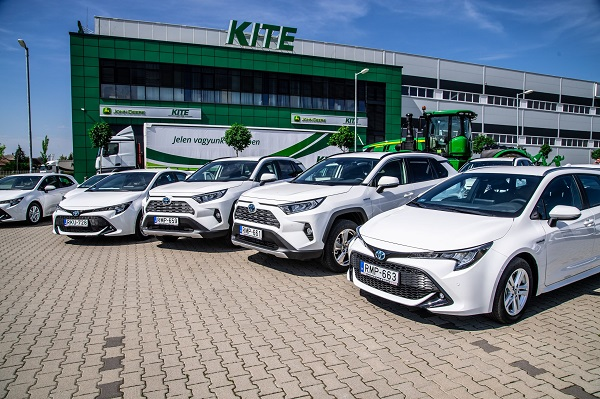 Ezekkel a hibrid Toyotákkal bővítette a flottáját a hazai agrárintegrátor vállalat